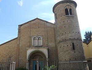 La facciata e la torre campanaria